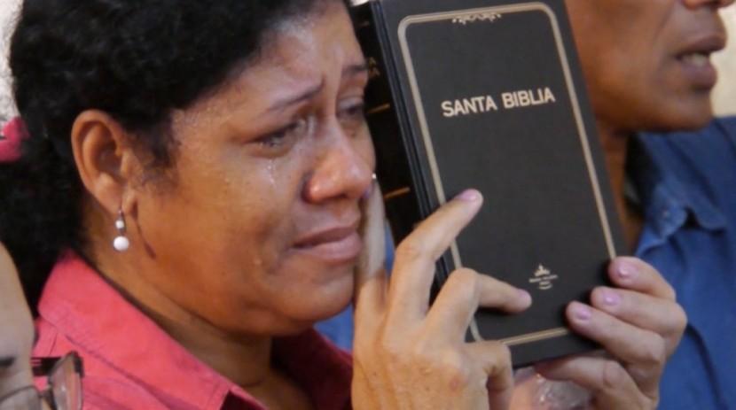 쿠바-성경을-받고-기뻐-우는-쿠바-여성-1024x571